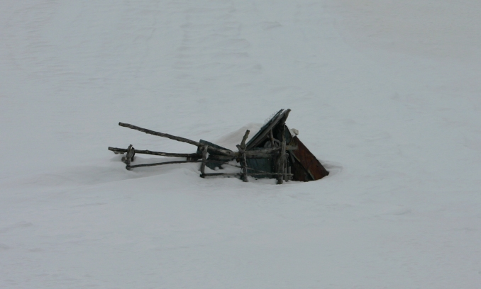 Capanna di pastori collassata sotto la neve