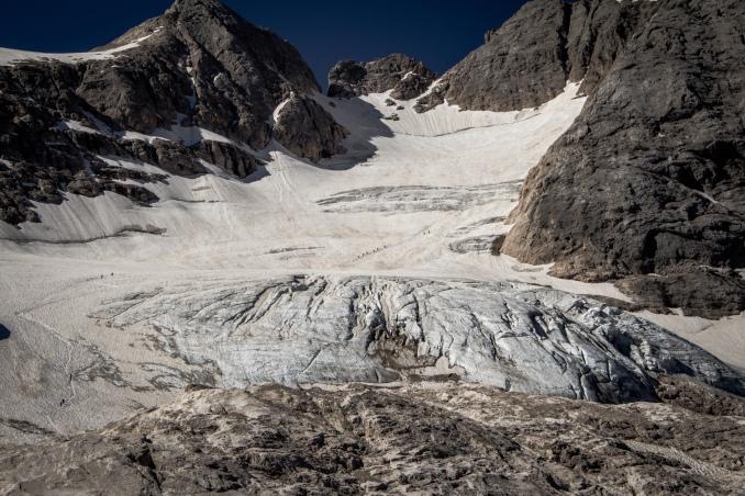Alcune cordate sono già in marcia sul ghiacciaio