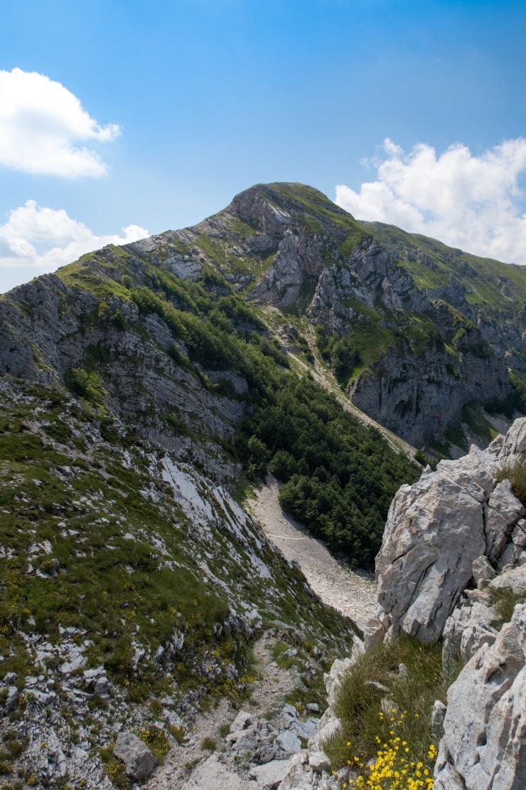Monte Ginepro e la traccia del sentiero 629 che termina sul Monte Brecciaro