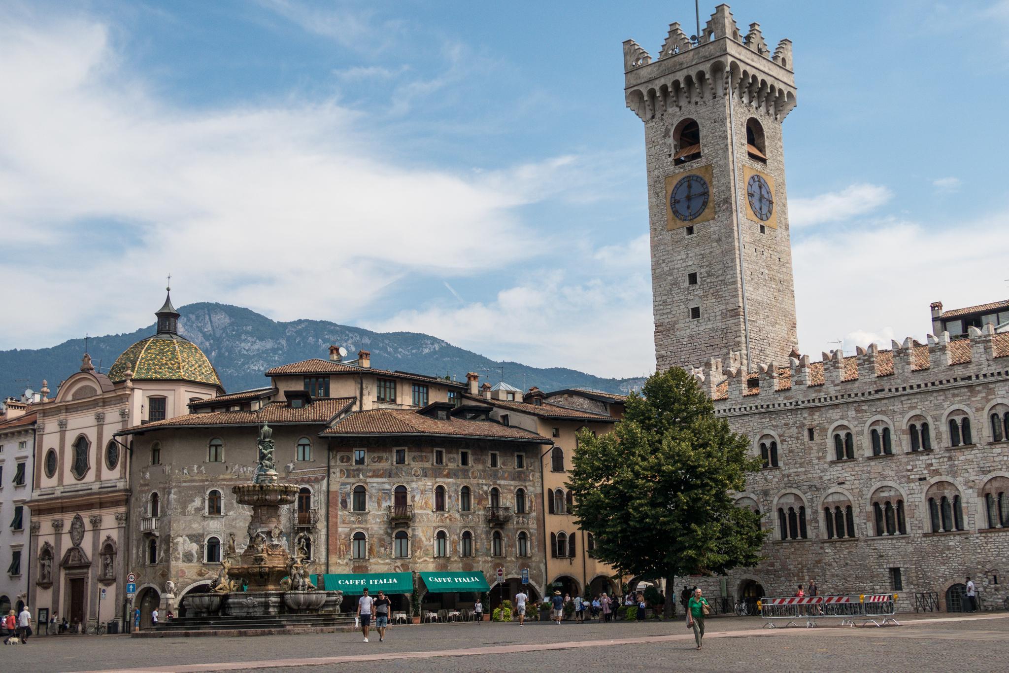 Torre Civica, Fontana del Nettuno e Case Cazuffi Rella